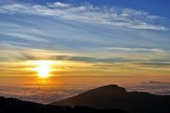 Salida del sol en el océano de la nube Foto de archivo