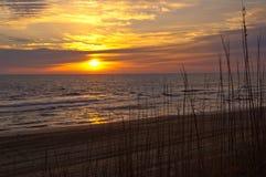 Salida del sol en el Océano Atlántico Fotografía de archivo