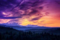 Salida del sol en el panorama hory de Orlicke Foto de archivo libre de regalías