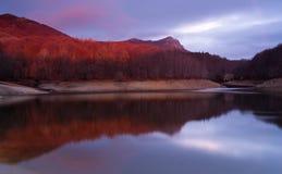 Salida del sol en el pantano de Santa Fe del Montseny Fotos de archivo
