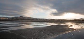 Salida del sol en el parque de estado de la playa de la bahía de Morro - vacaciones populares/punto que acampa en la costa centra Imagen de archivo