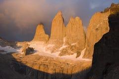 Salida del sol en el parque nacional de Torres del paine fotos de archivo libres de regalías