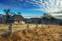 Salida del sol en el pueblo de Pestera - Transilvania - Rumania imágenes de archivo libres de regalías
