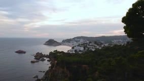 Salida del sol en el pueblo de Tossa de Mar almacen de metraje de vídeo