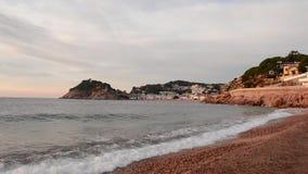 Salida del sol en el pueblo de Tossa de Mar almacen de video