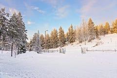 Salida del sol en el pueblo nevado de Ruka en Finlandia en el po ártico Fotografía de archivo