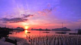 Salida del sol en el pueblo pesquero en Phang Nga, Tailandia Foto de archivo libre de regalías