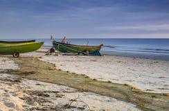 Salida del sol en el pueblo pesquero, mar Báltico, Latvia Fotos de archivo