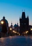 Salida del sol en el puente de Charles en Praga Imagen de archivo