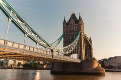 Salida del sol en el puente de la torre en Londres, imagen del riverbank imagenes de archivo