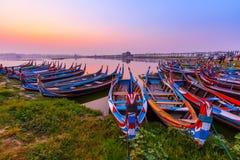 Salida del sol en el puente de U Bein con el barco, Mandalay, Myanmar Imagen de archivo libre de regalías