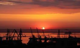 Salida del sol en el puerto de Odessa Foto de archivo libre de regalías