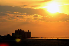 Salida del sol en el Queens Nueva York de la playa de Rockaway Foto de archivo libre de regalías