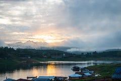 salida del sol en el río Imagen de archivo