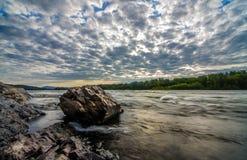 salida del sol en el río Imágenes de archivo libres de regalías