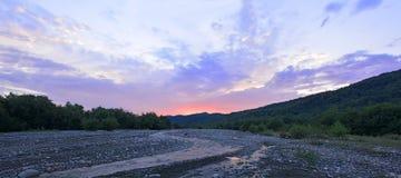 Salida del sol en el río de la montaña Foto de archivo libre de regalías
