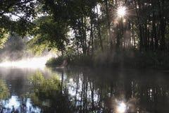 Salida del sol en el río del bosque Imagen de archivo