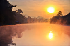 Salida del sol en el río del noi del kwai Imagen de archivo