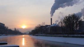 Salida del sol en el río en invierno almacen de video