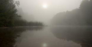 Salida del sol en el río en una niebla Fotografía de archivo libre de regalías