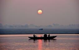 Salida del sol en el río Ganges en Varanasi Imágenes de archivo libres de regalías