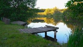 Salida del sol en el río en otoño temprano metrajes