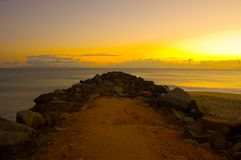 Salida del sol en el rompeolas de Noosa Foto de archivo