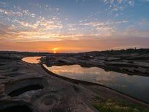 Salida del sol en el sampán-bok, Ubonratchathani, Tailandia Grand Canyon foto de archivo libre de regalías