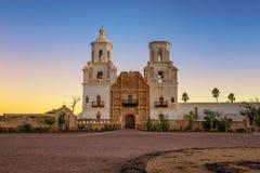 Salida del sol en el San Xavier Mission Church en Tucson imagen de archivo