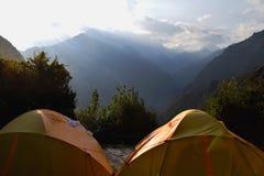 Salida del sol en el sitio para acampar en las montañas fotos de archivo libres de regalías