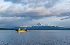 Salida del sol en el sonido pasado de la esperanza, Puerto Natales, Chile fotos de archivo libres de regalías