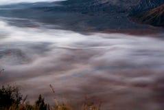 Salida del sol en el soporte Bromo, nubes del volcán en cráter Fotos de archivo