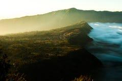 Salida del sol en el soporte Bromo, vista del volcán de la ciudad Imagen de archivo libre de regalías