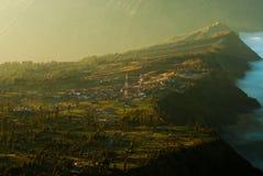 Salida del sol en el soporte Bromo, vista del volcán de la ciudad Foto de archivo libre de regalías