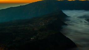 Salida del sol en el soporte Bromo, vista del volcán de la ciudad cerca, temprano Fotos de archivo libres de regalías