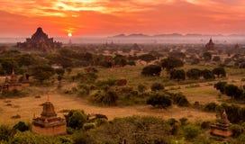 Salida del sol en el templo en Bagan, Myanmar, Birmania Imagenes de archivo