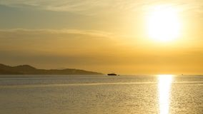 Salida del sol en el timelapse mediterráneo almacen de video