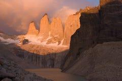 Salida del sol en el Torres del paine NP imagen de archivo libre de regalías