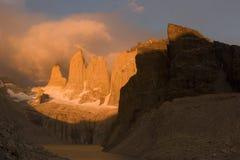 Salida del sol en el Torres del paine NP fotografía de archivo