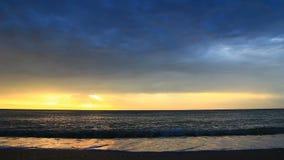 Salida del sol en el vídeo de la playa con el sonido