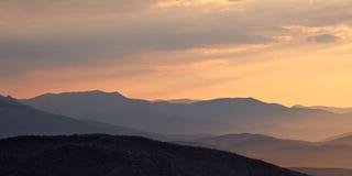 Salida del sol en el valle de la montaña Imagen de archivo libre de regalías
