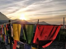 Salida del sol en el valle de la montaña fotos de archivo
