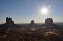 Salida del sol en el valle del monumento Imagen de archivo libre de regalías