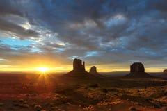 Salida del sol en el valle del monumento, Utah Imagen de archivo libre de regalías