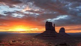 Salida del sol en el valle del monumento, Arizona fotos de archivo libres de regalías
