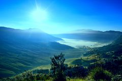 Salida del sol en el volcán de Bromo en Java Indonesia Fotografía de archivo libre de regalías