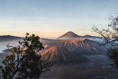 Salida del sol en el volcán Mt Bromo Gunung Bromo Java Oriental, Indonesia imágenes de archivo libres de regalías
