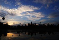 Salida del sol en el wat del angkor Fotos de archivo