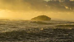 Salida del sol en Hawaii con las olas oceánicas fotografía de archivo libre de regalías