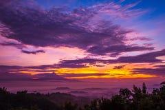 Salida del sol en Jawa Tengah, Indonesia Vista de Gunung Merbabu foto de archivo libre de regalías